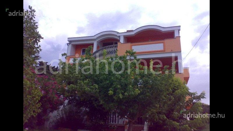 Rab – Két panorámás lakás Banjolban, második soron a tengertől