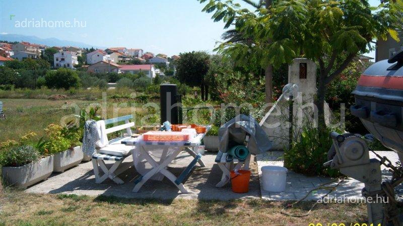 Rab sziget – Kétszintes családi ház 80 méterre a tengertől
