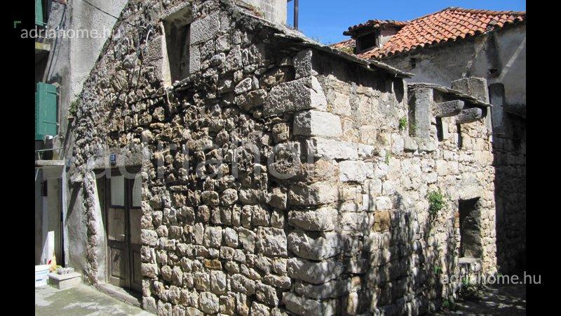 Kastela – Kitűnő fekvésű, kétszintes, romos kőház