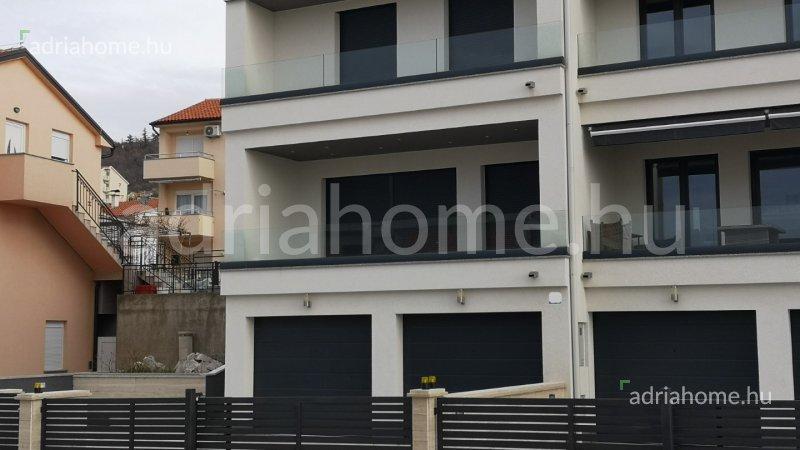 Crikvenica – Modern, kétszintes ikerház medencével