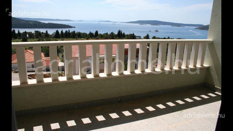 Trogir - Különböző méretű apartmanok a homokos strand közelében