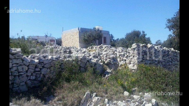 Trogir – Kétszintes félkész ház első sorban a tengertől