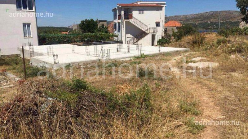 Šibenik – Építési telek megépített alapokkal