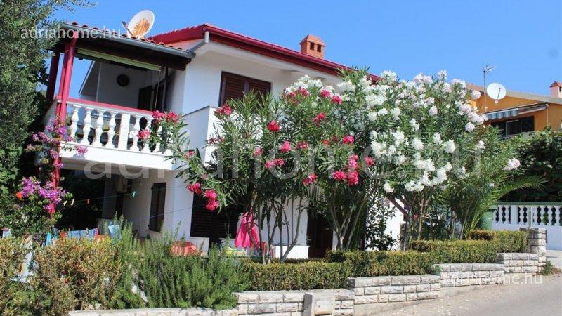 Kožino – Kétszintes családi ház zöld környezetben