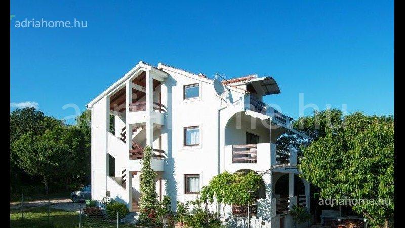 Posedarje – Apartmanska zgrada sa pogledom na more i vlastitom plažom