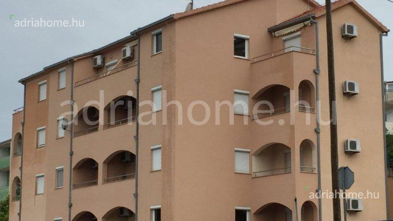Marina – Tágas, kétszintes, örökpanorámás tetőtéri apartman 15 méterre a tengertől
