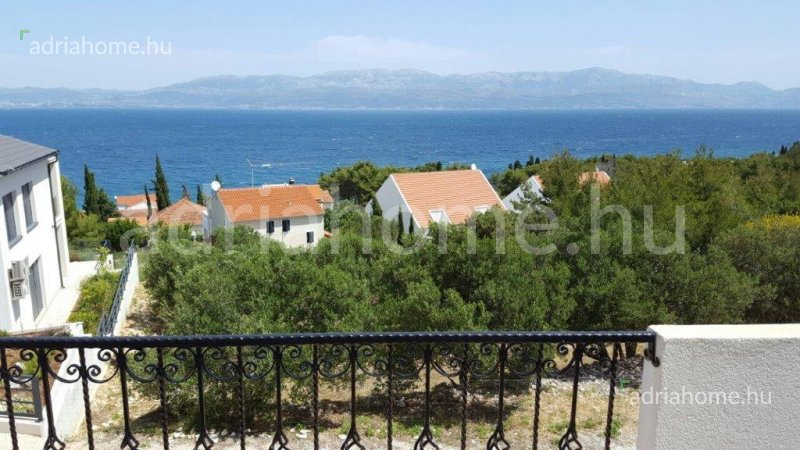Sutivan - Three-storey terraced house on the island of Brač, overlooking the sea