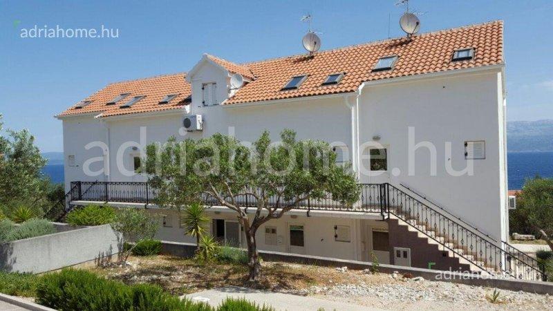 Sutivan - Háromszintes sorház Brač szigeten, kilátással a tengerre