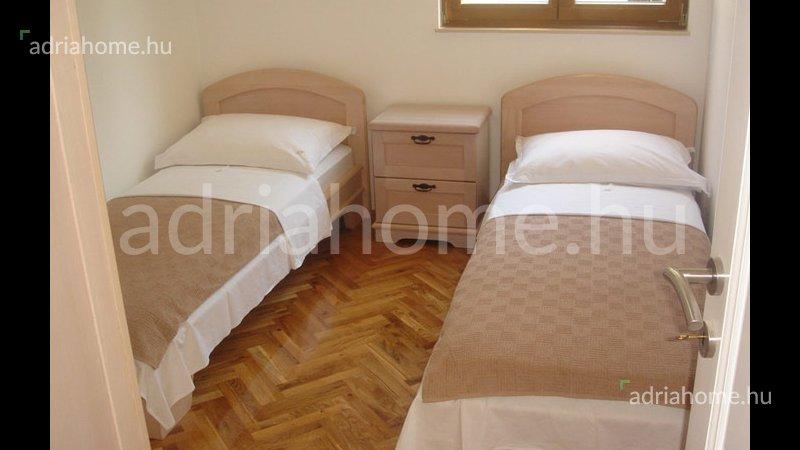 Čiovo – Gyönyörű, földszinti apartman nagy kerttel, kilátással a tengerre