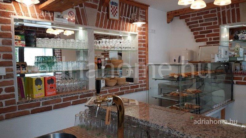 Novi Vinodolski – Kávézó a város szívében