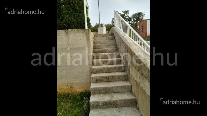 Crikvenica – Panorámás, földszinti lakás tágas kerttel és pincével