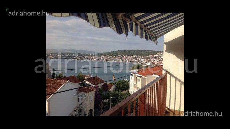 Čiovo – Szép, egyhálószobás tetőtéri apartman harmadik sorban a tengertől