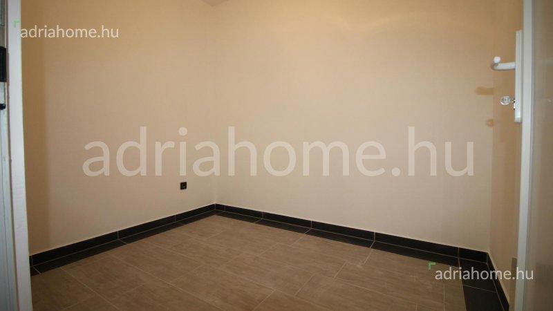 Dramalj – Újonnan épült apartman tágas terasszal
