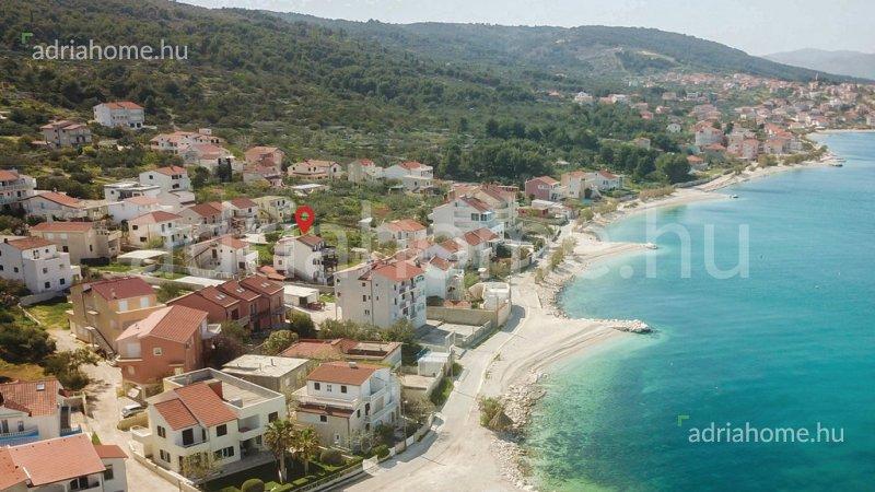 Čiovo – Apartmanház második sorban a tengertől és aprókavicsos strandoktól