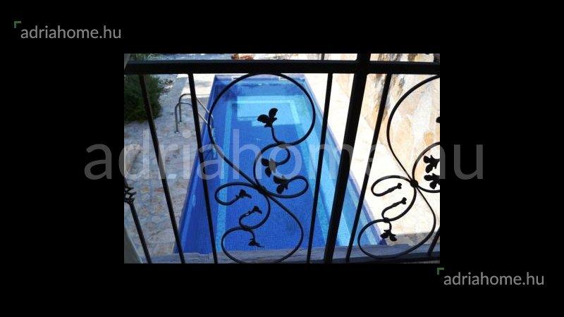 Čiovo - Óriási árzuhanás! Felújított, kétemeletes családi ház medencével