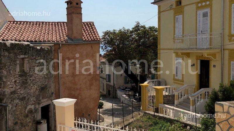 Omišalj – Felújított kőház az óvárosban