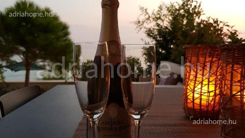 Mandre – Földszinti luxuslakás az első sorban