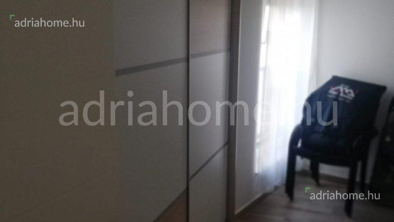 Mandre - Háromszobás apartman az első emeleten, első sorban a tengertől