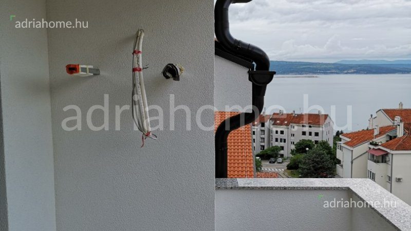 Crikvenica – Újépítésű, egyhálószobás, tetőtéri apartman, kilátással a tengerre