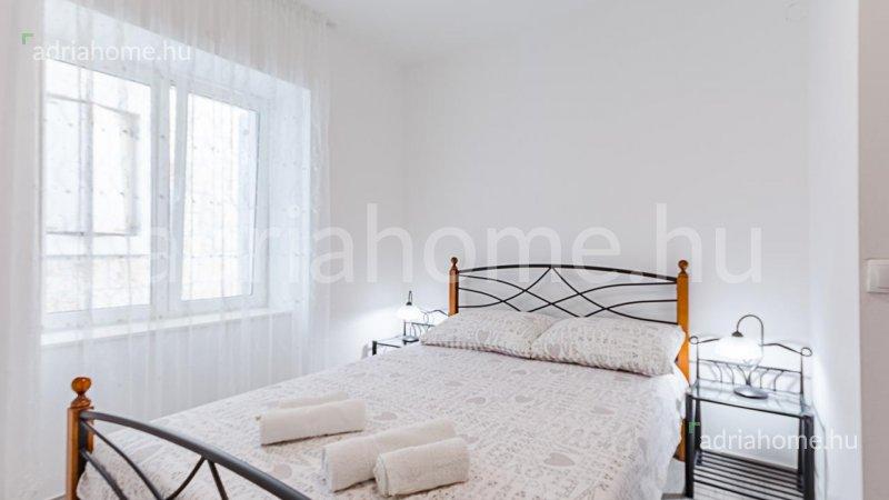 Brač - Felújított kőház 4 apartmannal