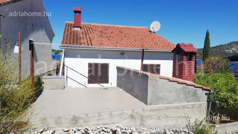 Rogoznica – Panorámás családi ház 2. sorban a tengertől