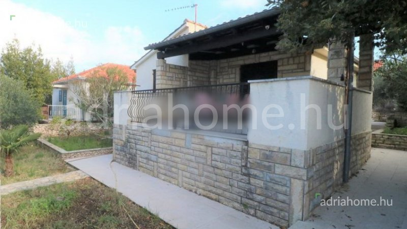 Rogoznica – Földszintes családi ház 2. sorban a tengertől