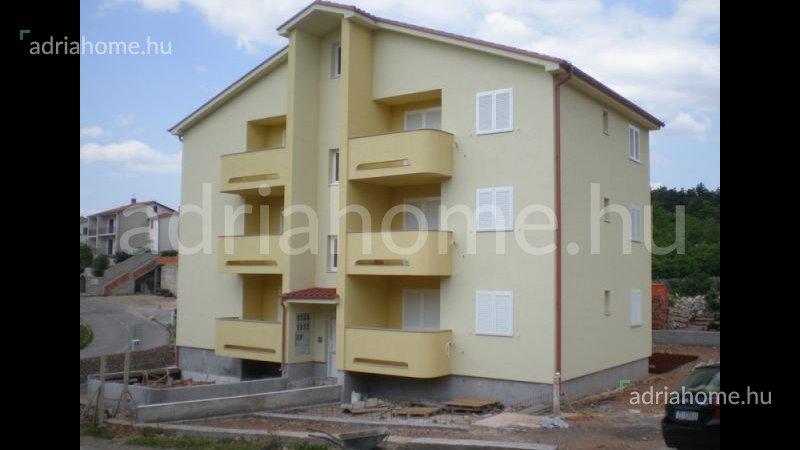 Klenovica – Apartmanház közel a tengerhez, rendezett környezetben