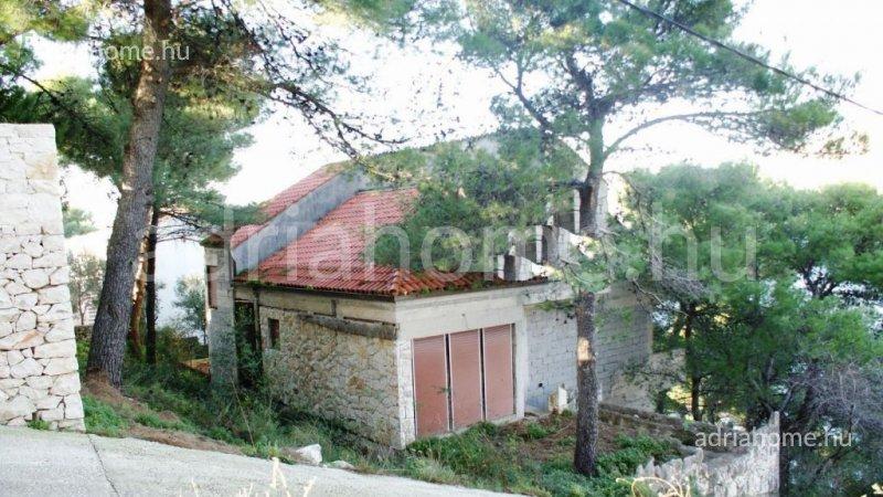 Čiovo – Befejezetlen családi ház roh-bau fázisban, első sorban a tengerhez